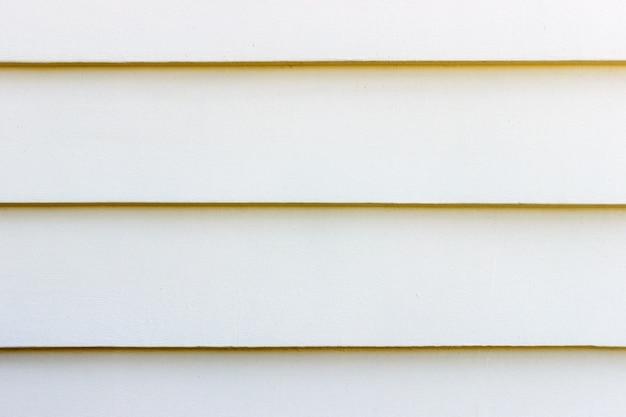 La parete bianca di lerciume struttura gli ambiti di provenienza con copyspace