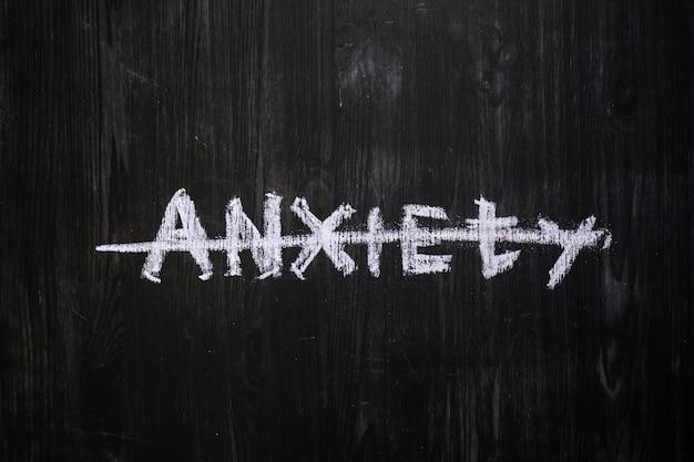 La parola ansia incrociata scritta sulla lavagna