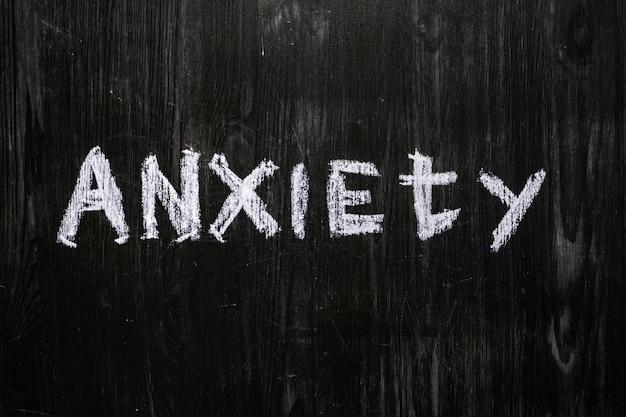 La parola ansia scritta sulla lavagna