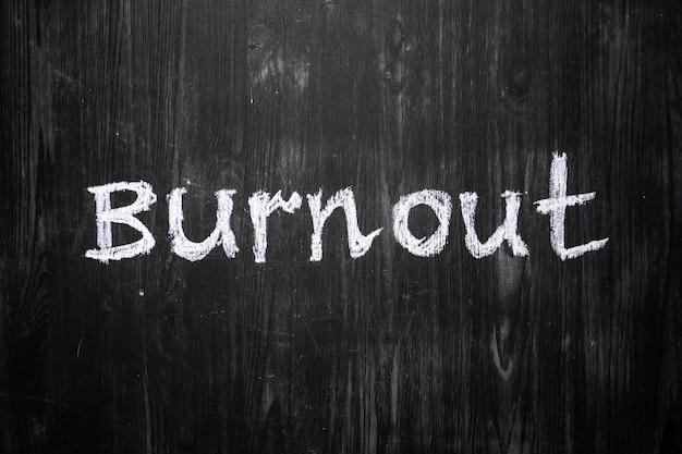 La parola burnout scritta sulla lavagna