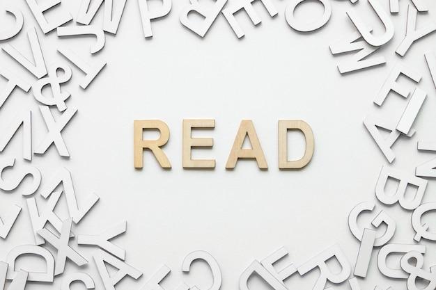 La parola ha letto l'alfabeto di legno su bianco