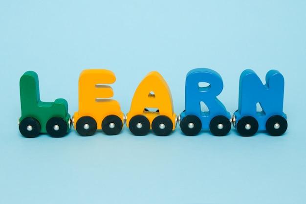 La parola impara fatta dell'alfabeto del treno delle lettere.