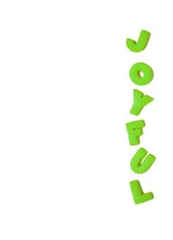 La parola joyful scritta con biscotti a forma di alfabeto di colore verde vivido su bianco