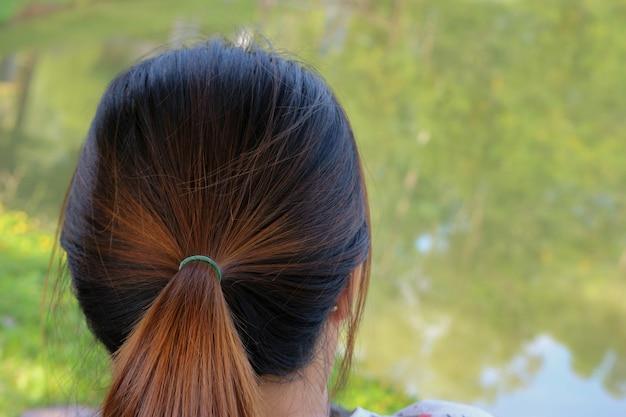 La parte del punto culminante marrone asiatico di colore sulla donna dei capelli neri.