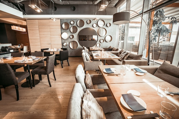 La parte della sala principale del ristorante. mod tonalità di grigio.