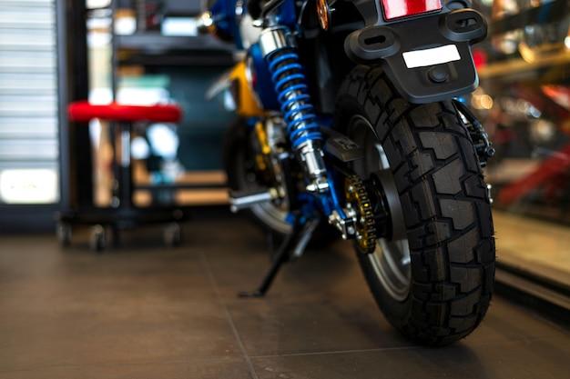 La parte posteriore delle moto classiche in piedi nel negozio di riparazione