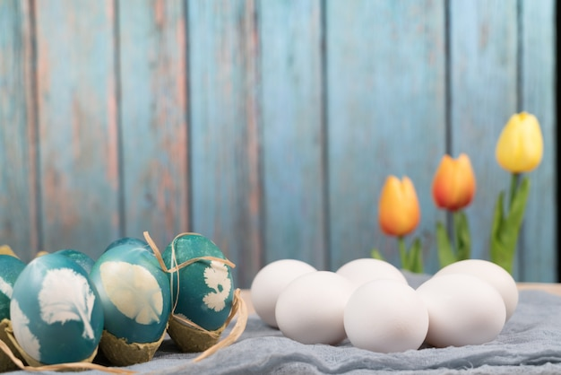 La pasqua felice, uova di pasqua organiche aspetta la pittura con le uova di pasqua blu