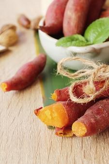 La patata dolce ha bollito delizioso su fondo di legno