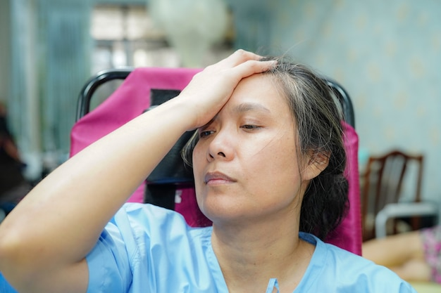 La paziente asiatica si preoccupa per la sua malattia.