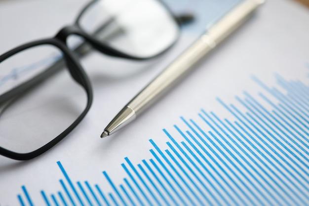 La penna d'argento con il diagramma di carta ed i vetri si trovano nella tabella dell'ufficio