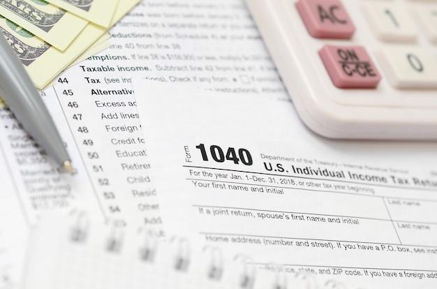 La penna, taccuino, calcolatrice e banconote da un dollaro è bugie sul