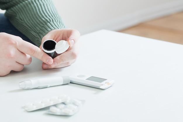 La persona misura la glicemia con il glucometro