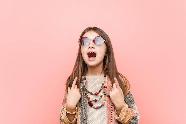 La piccola donna del hippie indica con entrambe le dita anteriori che mostrano uno spazio.