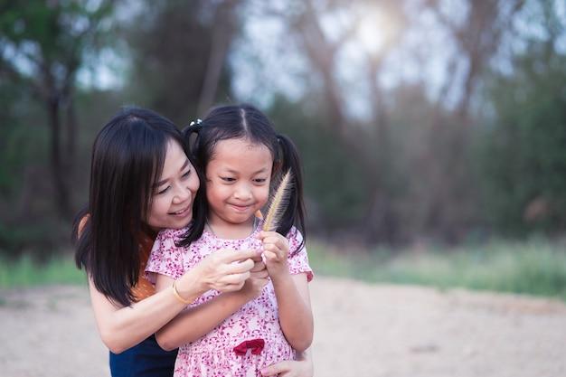 La piccola figlia asiatica si diverte e felice con sua madre