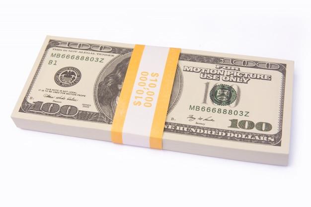 La pila dei pacchi delle banconote in dollari ha isolato la o con il percorso di ritaglio