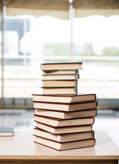 La pila di libri ha sistemato la scrivania