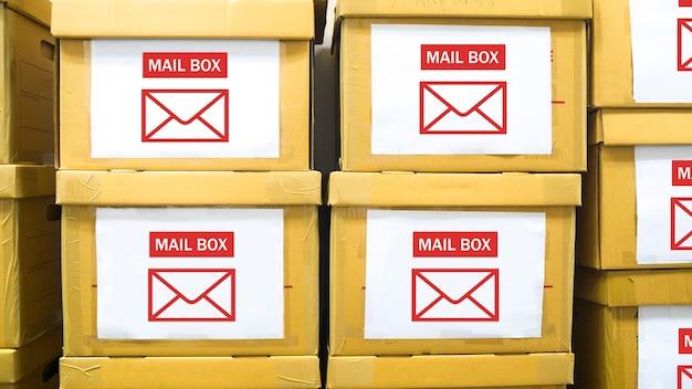 La pila di scatole di carta con etichetta di casella di posta elettronica