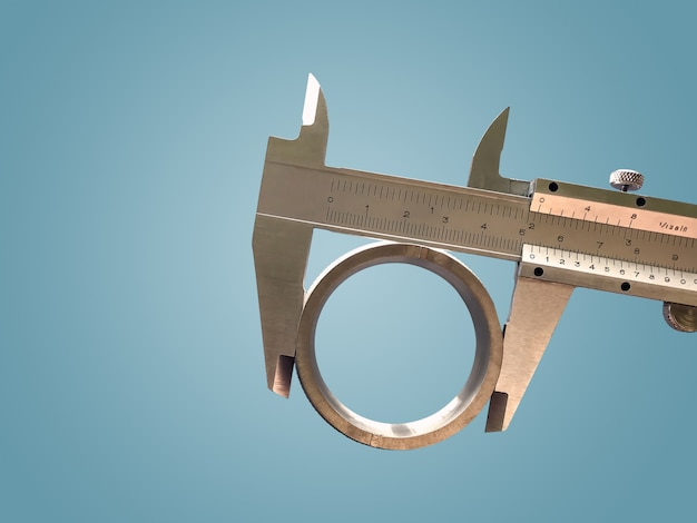 La pinza nonio è uno strumento indispensabile in applicazioni industriali per misurare con precisione lunghezza, spessore e profondità dei pezzi.