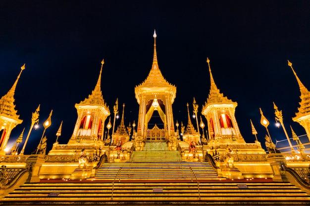 La pira funeraria reale del re bhumibol adulyadej a sanam luang bangkok, tailandia