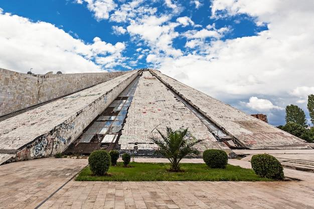 La piramide, tirana