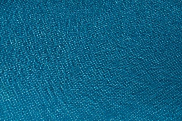 La piscina ha piastrellato il pavimento nel fondo blu, vista superiore