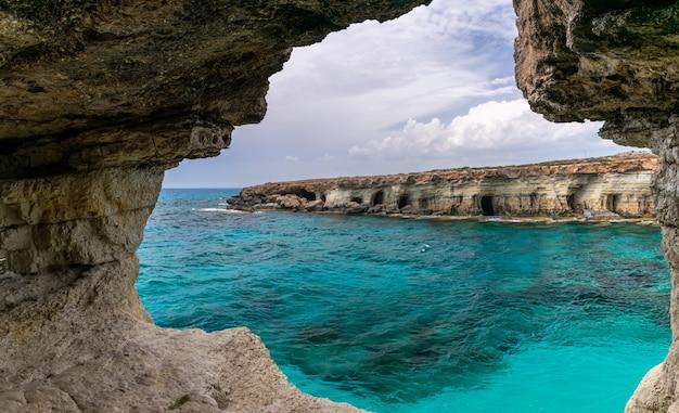 La pittoresca grotta si trova sulle rive del mar mediterraneo.