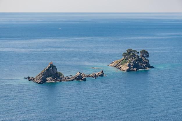 La pittoresca isola di katic e la domenica santa. petrovac, montenegro.
