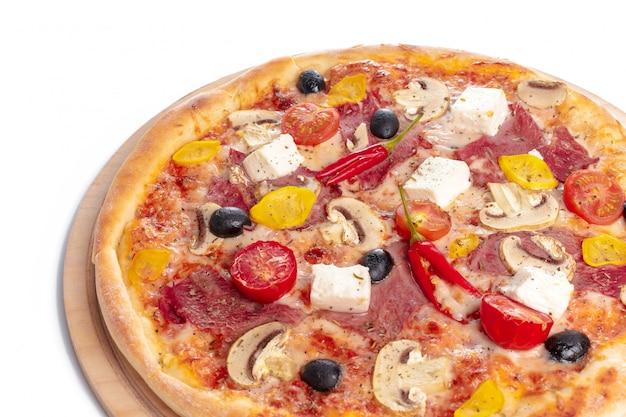 La pizza deliziosa è servito sul piatto di legno isolato su bianco
