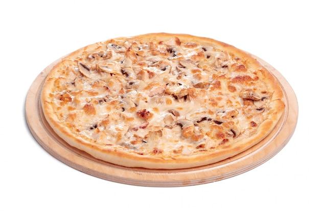 La pizza saporita è isolata su bianco