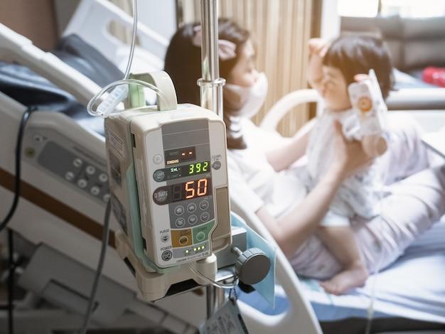 La pompa per infusione gocciola nei pazienti dell'ospedale.