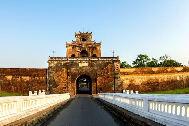 La porta del palazzo, il fossato del palazzo imperiale, la provincia di hue. vietnam