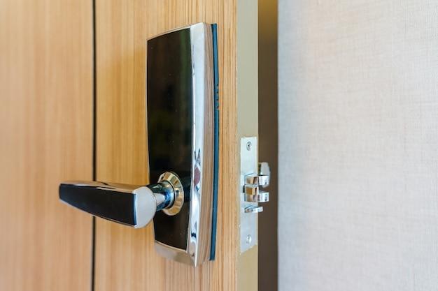 La porta della camera da letto dell'hotel o dell'appartamento utilizza la serratura digitale per il controllo degli accessi.