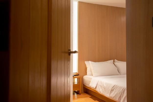 La porta della camera da letto è stata aperta nell'hotel