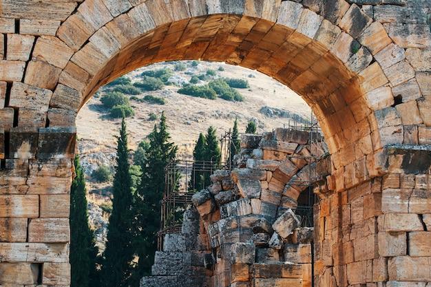 La porta di frontin alla città antica santa romana di hierapolis.