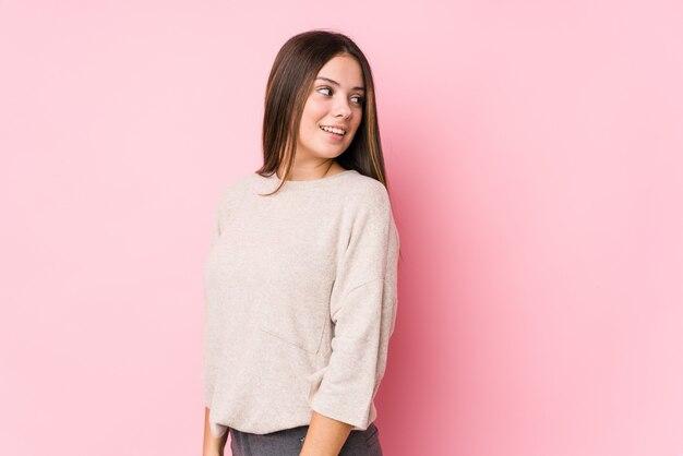 La posa della giovane donna guarda da parte sorridente, allegro e piacevole