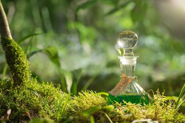 La pozione magica dentro imbottiglia la foresta