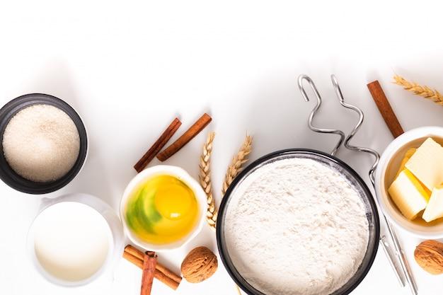 La preparazione del forno di concetto di cottura dell'alimento e gli ingredienti per producono la pasta di pane su bianco