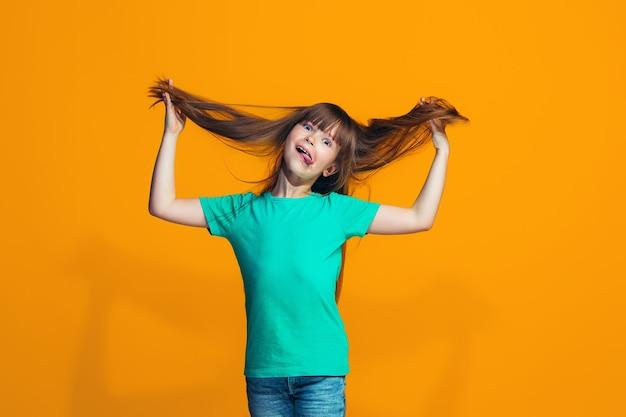 La ragazza adolescente dagli occhi strabici con una strana espressione