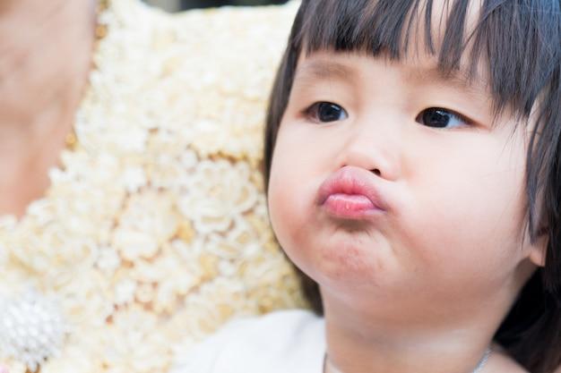 La ragazza asiatica del bambino si rilassa in vacanza.