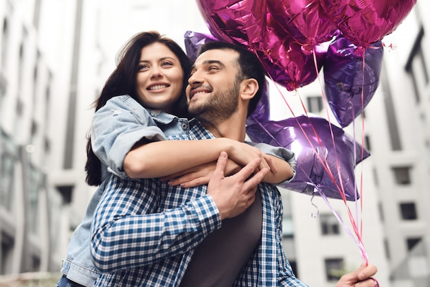 La ragazza attraente abbraccia l'uomo love story happy time.