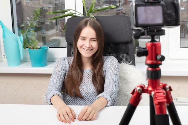 La ragazza blogger conduce un video blog, comunica con il pubblico
