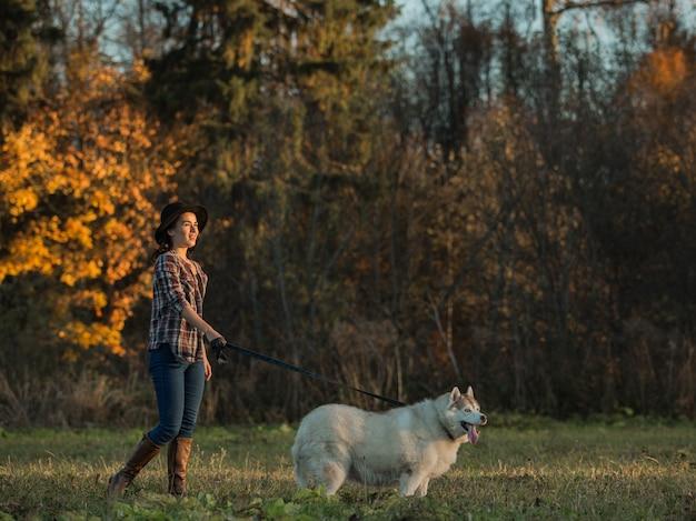 La ragazza cammina con husky