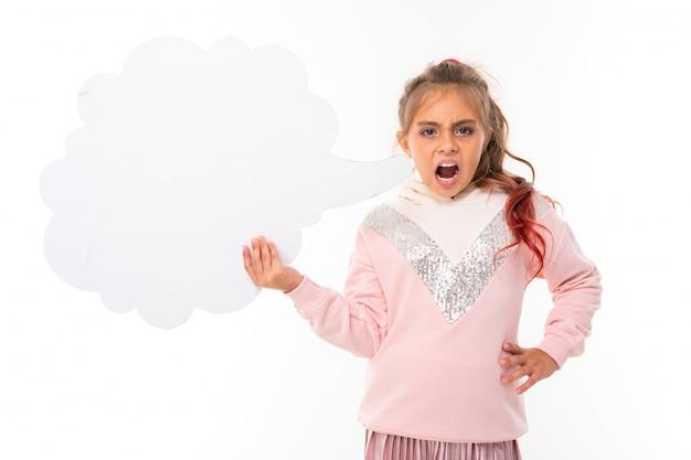 La ragazza caucasica dell'adolescente in felpa con cappuccio rosa gesticola con pensa la nuvola