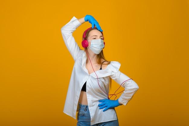 La ragazza caucasica in maschera protettiva di colore blu.