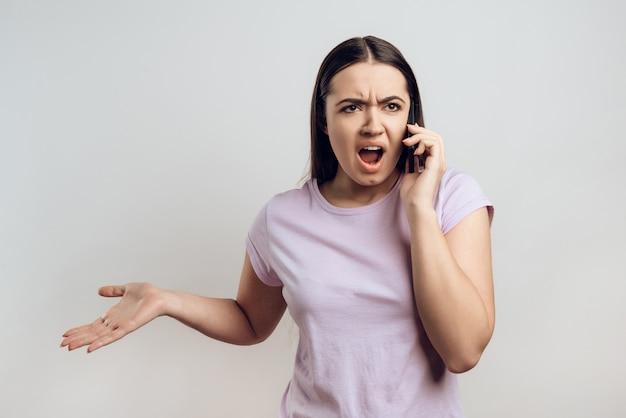 La ragazza caucasica sta parlando sul telefono cellulare