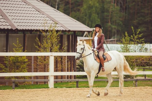 La ragazza cavalca un cavallo