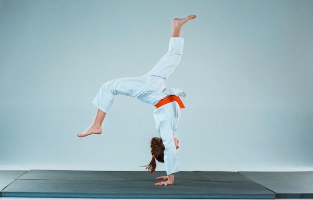 La ragazza che propone all'addestramento di aikido nella scuola di arti marziali. stile di vita sano e concetto di sport
