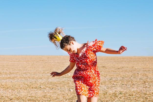 La ragazza che salta nel campo