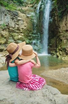 La ragazza con il cappello guarda i panorami di georgia tbilisi.