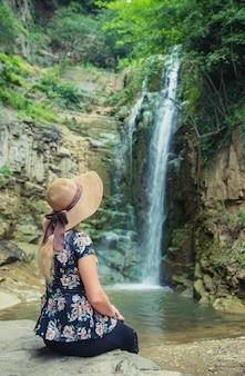La ragazza con il cappello guarda le viste della georgia tbilisi.